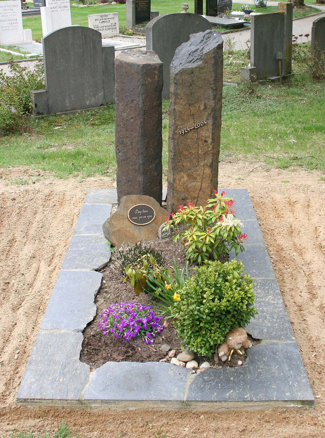 Ruwe steen grafmonument Basalt met leisteen (RS017)