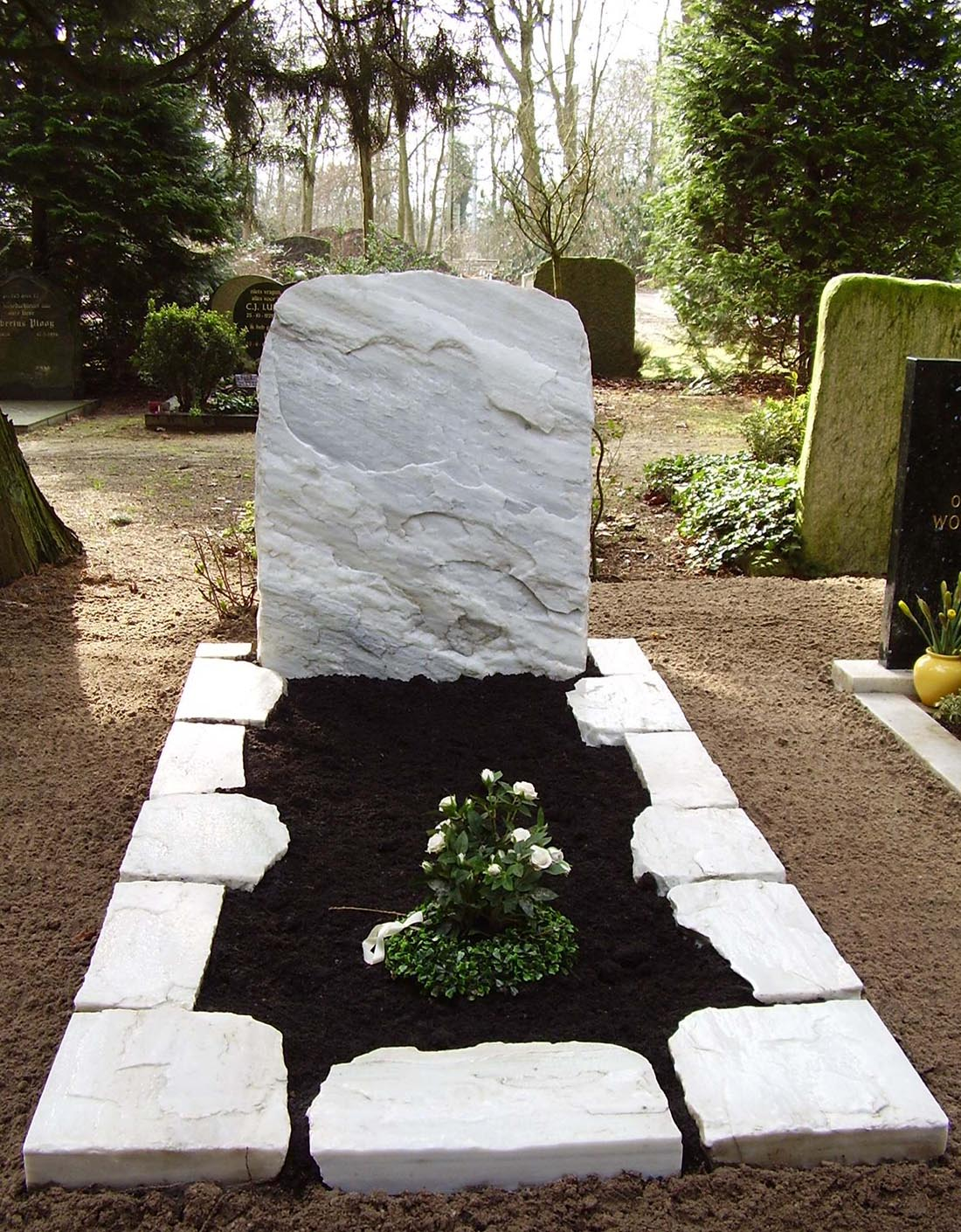Ruwe steen grafmonument Bianco Cristal (RS026)